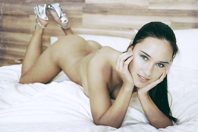 une femme nue sur le lit