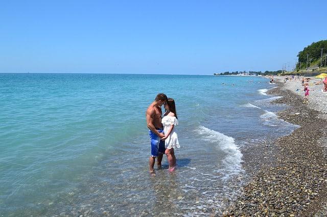 couple s'embrassant dans l'eau